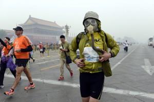 北京マラソン、健康の為ガスマスクを着けて・・