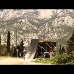 飛行機の墓場でバイクで走りまくって ジャンプしまくる動画